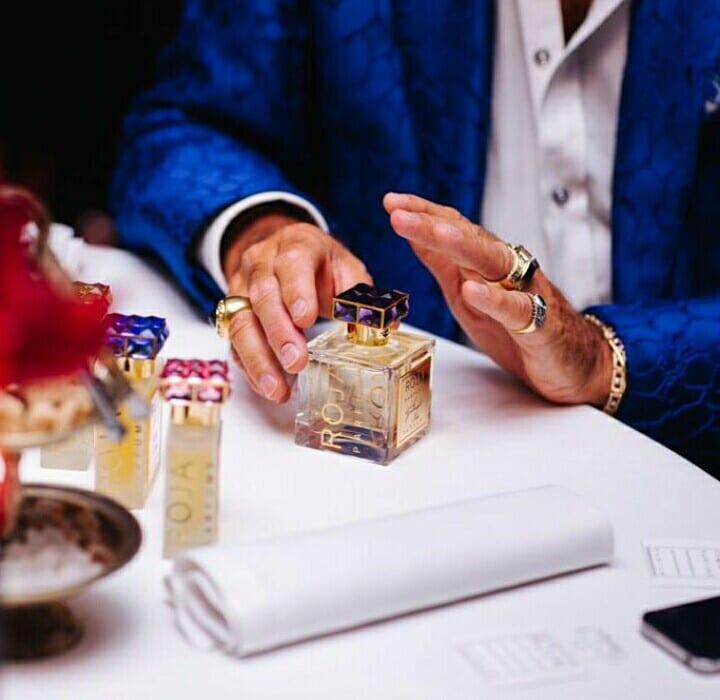 Знаменитый парфюмерный кутюрье на презентации своей новой коллекции.