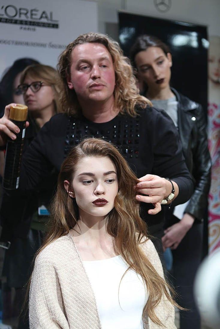 Обрабатываем пряди спреем-лаком TECNI.art Wet domination Shower Shine от L'Oréal Professionnel: он зафиксирует прическу и поможет создать эффект слегка влажных, как после моря, волос.