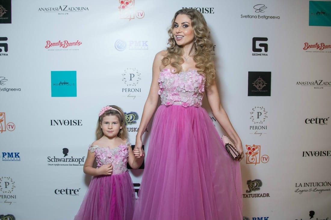 Ведущая вечера Кристина Колганова с дочкой Алисой в платьях SvetlanaEvstigneeva